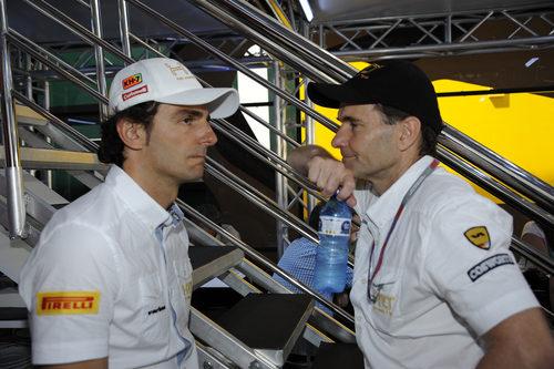 Pedro de la Rosa charla con Luís Pérez-Sala en el motorhome de HRT