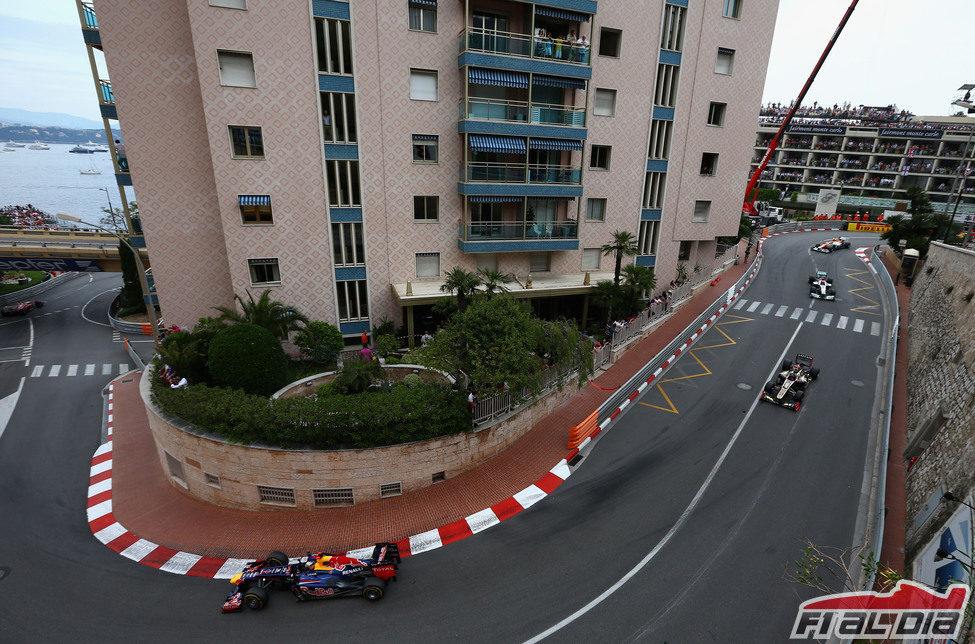 Vettel avanza tras pasar la Rascasse en Mónaco