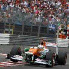 Paul di Resta hace saltar su VJM05 al tocar uno de los bordes del circuito