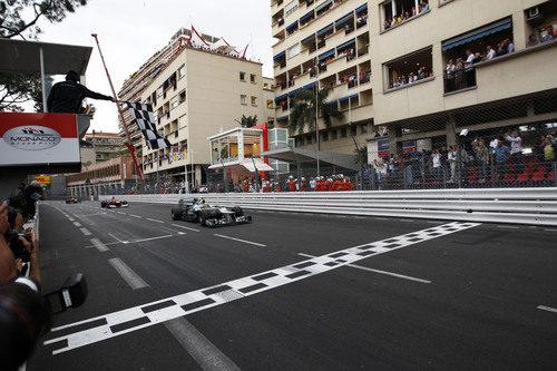 Nico Rosberg cruza la línea de meta en el GP de Mónaco 2012