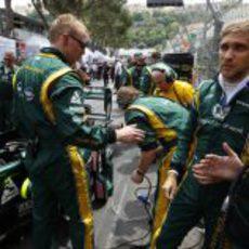 Vitaly Petrov en la parrilla de salida del Gran Premio de Mónaco