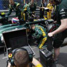 Mecánicos de Caterham preparan el coche de Vitaly Petrov