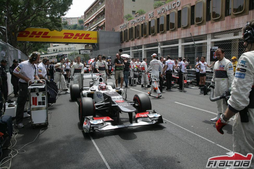 Kamui Kobayashi se prepara para comenzar la carrera de Mónaco
