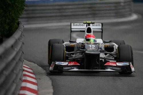 Sergio Pérez pasa cerca del muro en Mónaco