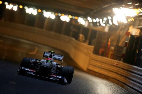 Sergio Pérez pasa por el túnel del circuito de Mónaco