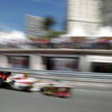 Narain Karthikeyan 'vuela' en el circuito de Mónaco