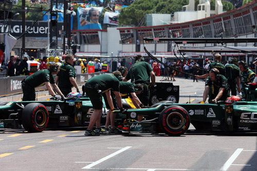 Los dos Caterham regresan al garaje de su equipo