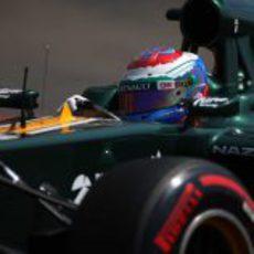 Vitaly Petrov rueda con los neumáticos superblandos en Mónaco