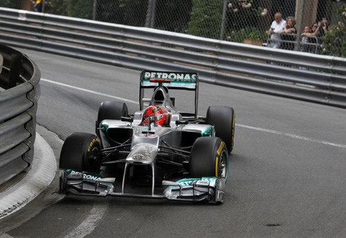 Michael Schumacher trata de remontar