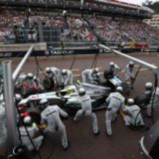 Mercedes brilla en boxes