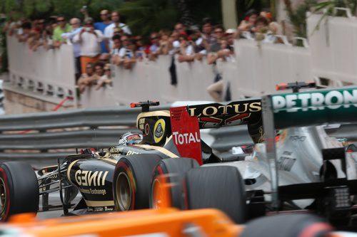 Michael Schumacher persigue a Kimi Räikkönen