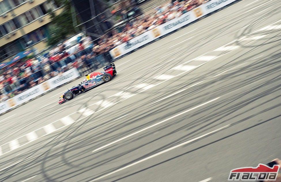 Daniel Ricciardo rueda por las calles de Kiev
