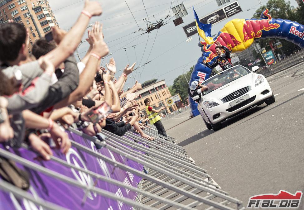 Daniel Ricciardo saluda a la afición ucraniana
