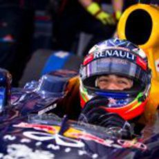 Ricciardo feliz en Kiev, sentado en el Red Bull