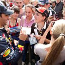 Daniel Ricciardo firma autógrafos en Ucrania