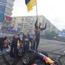 Daniel Ricciardo con la bandera de Ucrania