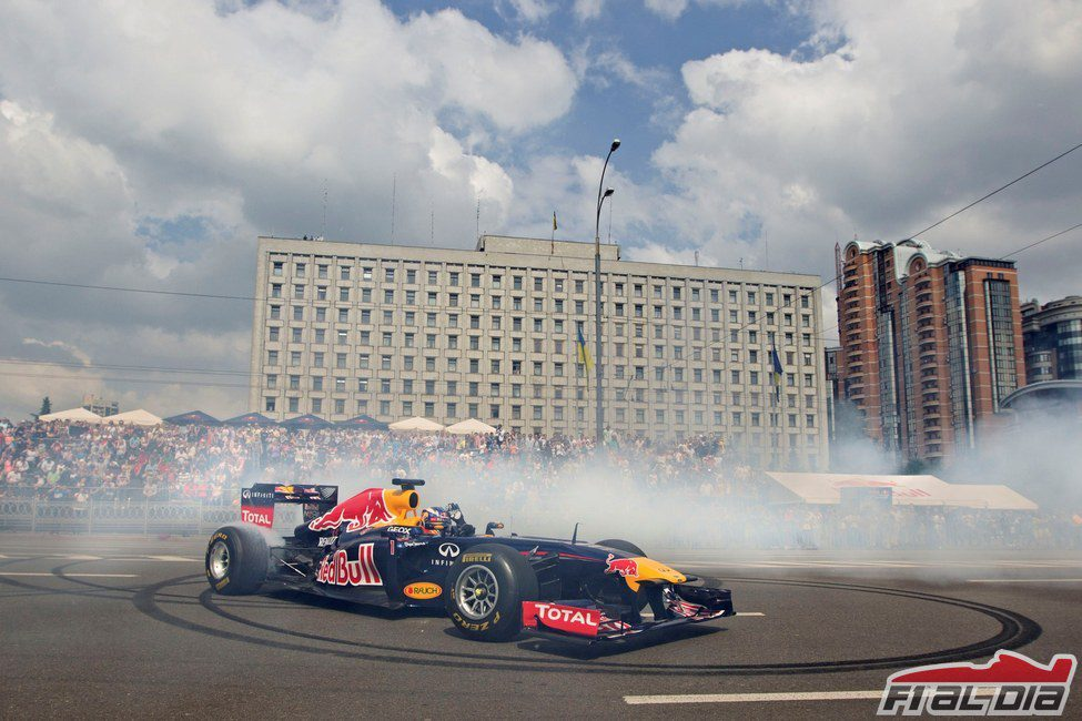 Daniel Ricciardo con el Red Bull en las calles de Kiev