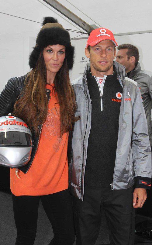 Jenson Button posa junto a una modelo en el 'Bavaria City Racing'