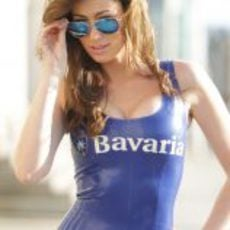 Guapa azafata del 'Bavaria City Racing'