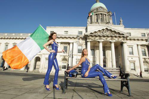 La bandera de Irlanda y dos azafatas del 'Bavaria City Racing'