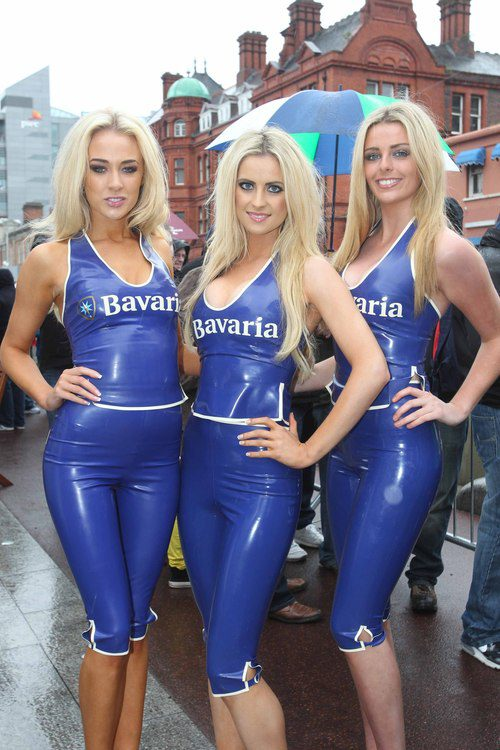 Tres azafatas rubias del 'Bavaria City Racing'