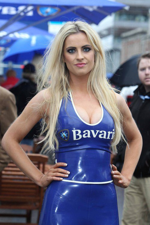 Exuberante azafata enfundada en su vestido azul de latex