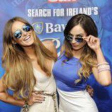 Dos guapas modelos en el evento de Dublín