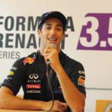 Daniel Ricciardo habla para la prensa en las World Series