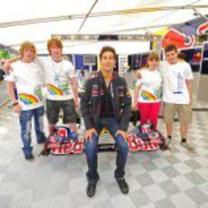 Daniel Ricciardo se fotografía con los fans en Spa