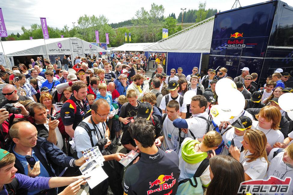 Ricciardo firma cientos de autógrafos en Spa con las World Series