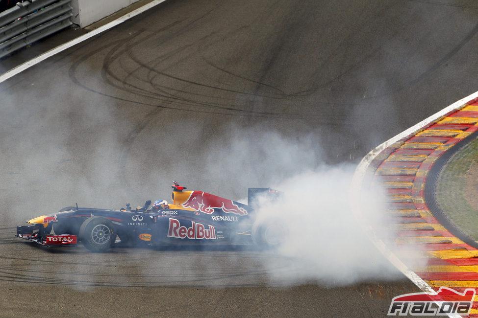 Ricciardo hace unos 'donuts' en el circuito de Spa-Francorchamps
