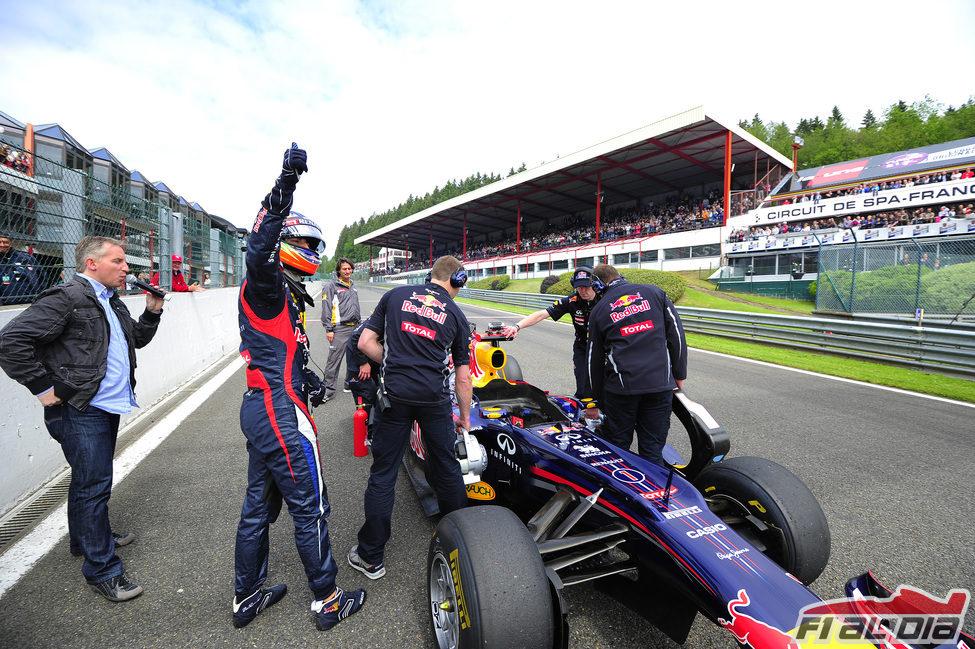 Daniel Ricciardo saluda al público de Spa-Francorchamps