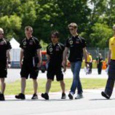 Romain Grosjean pasea por la pista de Montreal con sus ingenieros