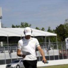 Pedro de la Rosa repasa sus notas de la pista de Canadá