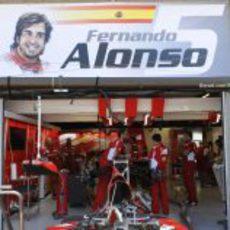 El retrato de Fernando Alonso en su box de Canadá 2012
