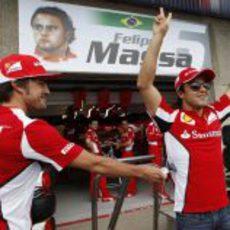 Fernando Alonso bromea con Felipe Massa en Montreal