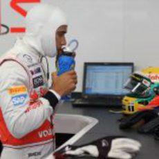 Lewis Hamilton se hidrata en el garaje de McLaren