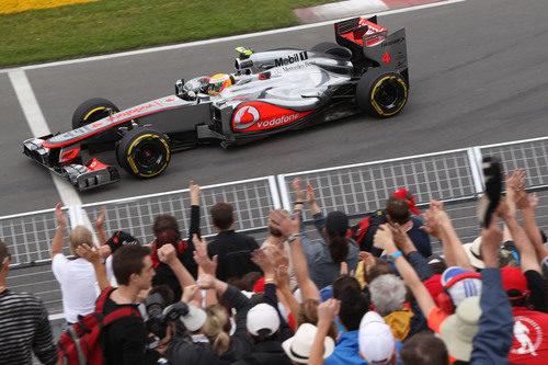 Lewis Hamilton pasa junto a una grada en Montreal