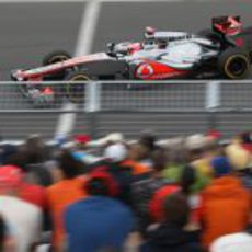 Jenson Button pasa junto al público de Canadá