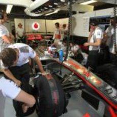 Jenson Button espera en el 'box' para poder salir