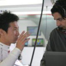 Kamui Kobayashi habla con su ingeniero de pista