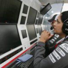 Monisha Kaltenborn, muy atenta a lo que hacen sus pilotos en la pista