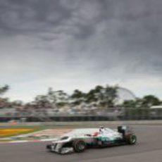 Nico Rosberg rueda bajo el cielo nublado de Montreal