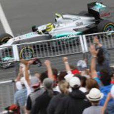 Nico Rosberg pasa junto a una de las gradas en Montreal
