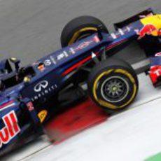 Mark Webber pilota sobre el asfalto del circuito Gilles Villeneuve
