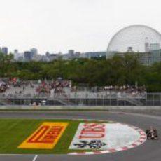 Mark Webber pasa por la horquilla del circuito Gilles Villeneuve