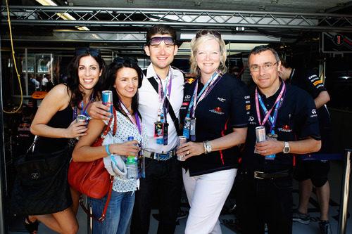 El cantante canadiense Matt Dusk con algunos amigos en el box de Red Bull