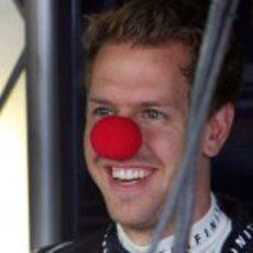 Sebastian Vettel con una nariz de payaso