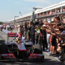 Lewis Hamilton ondea la bandera británica tras su victoria en Canadá