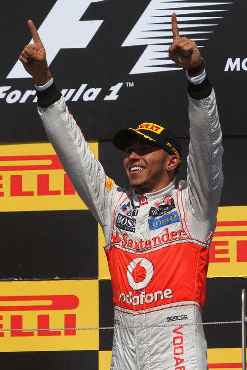 Lewis Hamilton celebra la victoria en el podio de Canadá 2012